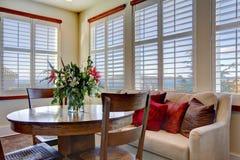 美好的软的与木土气桌的颜色饭厅 库存图片