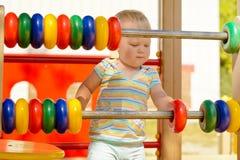 美好的运动技巧和认为的发展在孩子 免版税库存图片