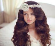 美好的逗人喜爱的发型锁定模型纵向配置文件婚礼 与长期的美好的深色的新娘女孩模型 免版税库存图片