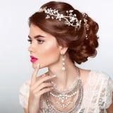 美好的逗人喜爱的发型锁定模型纵向配置文件婚礼 美丽的时尚新娘女孩模型画象 库存图片