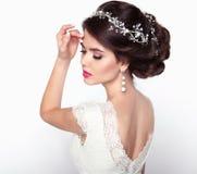 美好的逗人喜爱的发型锁定模型纵向配置文件婚礼 美丽的时尚新娘女孩模型画象 免版税库存照片