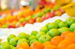 美好的配色、柠檬和绿色苹果背景显示在市场上失去作用 免版税图库摄影