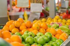 美好的配色、柠檬和绿色苹果背景显示在市场上失去作用 免版税库存照片