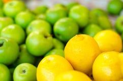美好的配色、柠檬和绿色苹果背景显示在市场上失去作用 库存图片