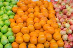 美好的配色、柠檬和绿色苹果背景 免版税库存照片
