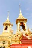 美好的金子视图已故的国王的普密蓬・阿杜德皇家火葬场2017年11月的04日 免版税库存图片