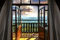 美好的金黄从旅馆客房看的小时和喜马拉雅范围 免版税图库摄影