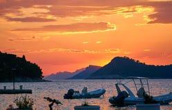 美好的金黄日落和小船 免版税库存照片