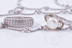 美好的银色圆环和异常的银色链子 库存照片