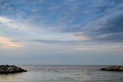 美好的长的日落的曝光landscapeat风平浪静 库存照片