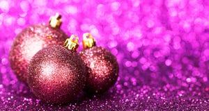 美好的闪烁紫色圣诞节球 免版税图库摄影
