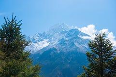 美好的雪污蔑山风景,迁徙的路线到 库存图片
