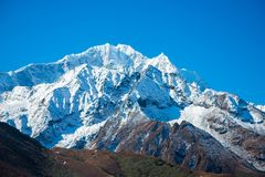 美好的雪污蔑山风景,迁徙的路线到 免版税库存图片
