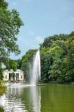 美好的风景、喷泉蛇和植物群亭子背景的,在全国树木园Sofiyivka,乌克兰 免版税库存照片