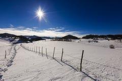 美好的风景与在登上的太阳光亮的冬日 库存图片
