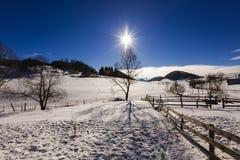 美好的风景与在登上的太阳光亮的冬日 库存照片