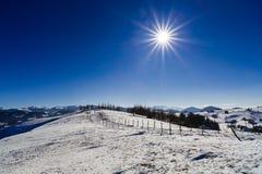 美好的风景与太阳光亮的冬日 免版税库存照片
