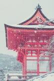 美好的风景在季节性的冬天:用在清水寺寺庙,京都的白雪盖的红色日本塔 库存图片