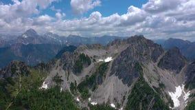 美好的风景在阿尔卑斯,意大利,塔尔维肖的美丽如画的本质的风景看法 空中寄生虫全景视图 股票视频