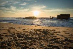 美好的风景日落在大西洋海岸的蓝色橙黄天空背景中在温暖的10月, capbreton 免版税图库摄影