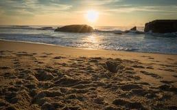 美好的风景日落在大西洋海岸的蓝色橙黄天空背景中在温暖的10月, capbreton 库存照片