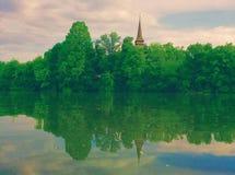 美好的风景有在湖的木塔视图 免版税库存照片
