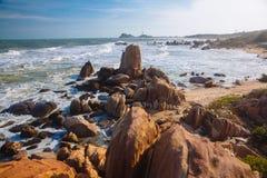 美好的风景有海洋,完善的海滩,大石头,树,天蓝色的水看法  背景概念能源图象 概念旅行 库存图片