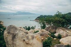 美好的风景有海洋,完善的海滩,大石头,树,天蓝色的水看法  背景概念能源图象 概念旅行 免版税库存图片