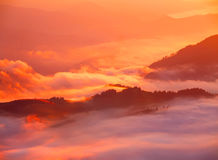 美好的风景有雾的山风景 免版税库存图片