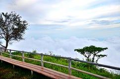 美好的风景观点云彩和帐篷海在小山 免版税库存图片