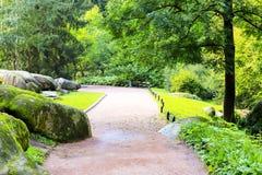 美好的风景设计在公园-橙色走道、绿色树和美丽如画的石头,胡同在公园,乌曼 库存图片
