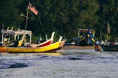 美好的风景,传统渔夫小船停泊了在美好的海视图和沙滩 图库摄影