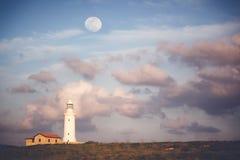 美好的风景,反对a背景的一座白色灯塔  免版税库存照片