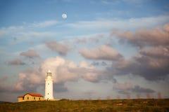 美好的风景,反对a背景的一座白色灯塔  图库摄影