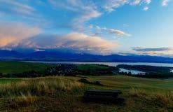 美好的风景,有村庄的湖 就座 免版税库存照片