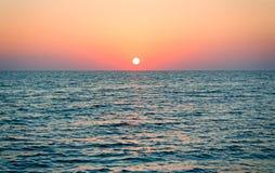美好的风景:在海的日落 免版税库存图片