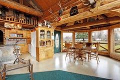 美好的餐厅在原木小屋房子里 库存照片