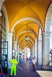 美好的驻地在有白色柱子和黄色曲拱的比萨,与工作的擦净人和游人,比萨,意大利 免版税图库摄影