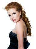 美好的魅力头发的红色妇女 免版税图库摄影