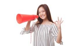 美好的年轻亚洲妇女展示OK宣布与扩音机 免版税库存图片