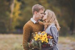 美好的年轻夫妇亲吻特写镜头画象,爱在地平线上方的其中每一 图库摄影