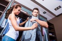 美好的年轻夫妇在化装室 免版税图库摄影