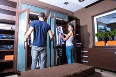 美好的年轻夫妇在化装室 免版税库存照片