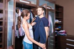 美好的年轻夫妇在化装室 免版税库存图片