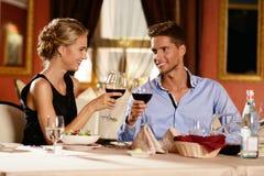 美好的年轻夫妇在餐馆 免版税库存图片