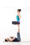 美好的年轻夫妇实践的Acro瑜伽 库存照片