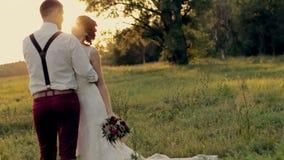 美好的年轻夫妇新娘和新郎身分 股票视频