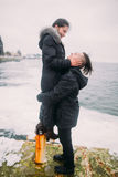 美好的年轻夫妇有浪漫蜜月在海 人在手上举行他女朋友和微笑 美妙 免版税库存图片