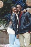 美好的年轻夫妇获得乐趣在他们的假期假日期间 免版税库存图片