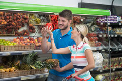 美好的年轻夫妇购物在杂货超级市场 免版税库存图片